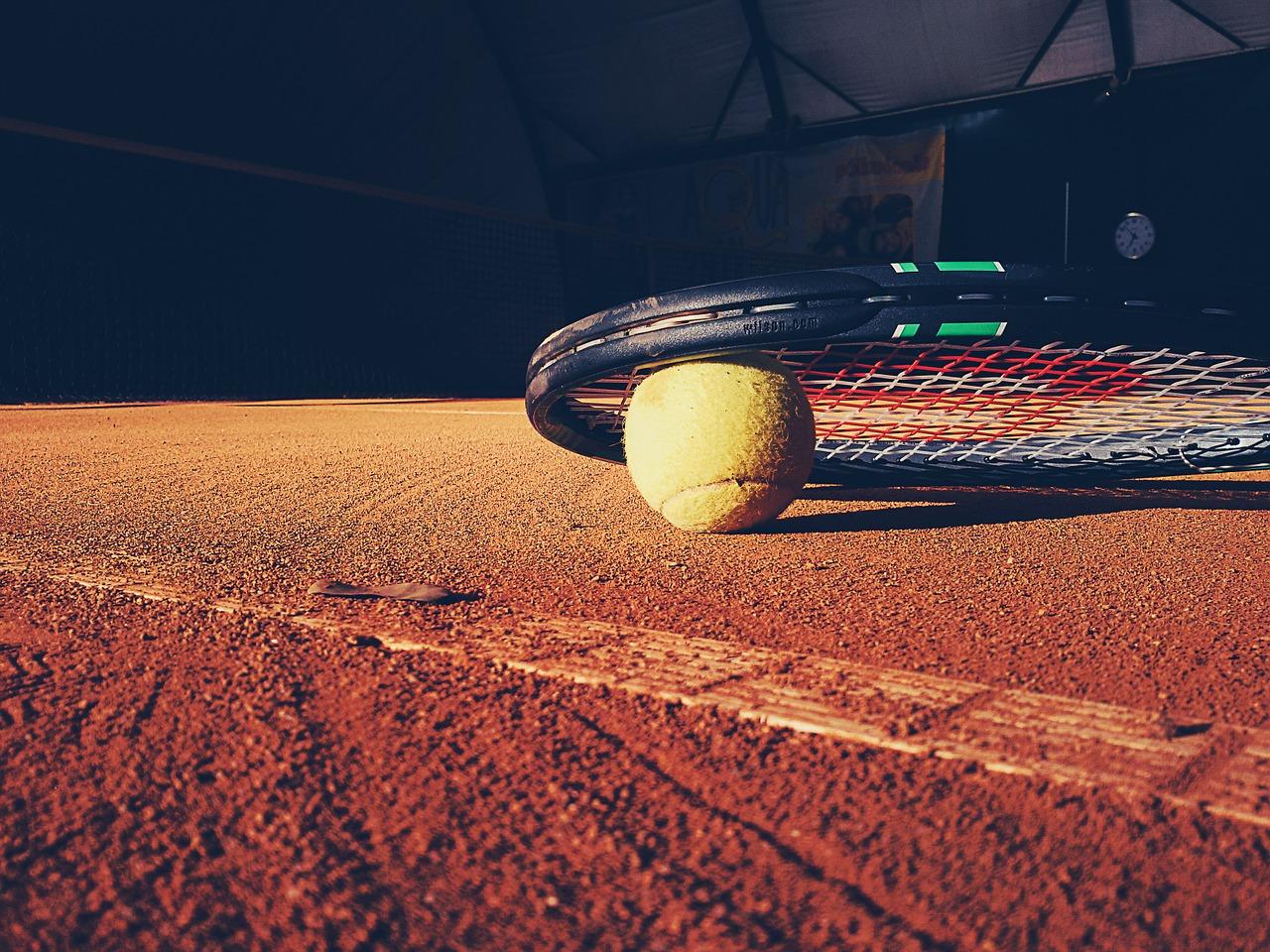crédit image creative common : https://pixabay.com/fr/photos/tennis-raquette-cour-argile-boule-923659/