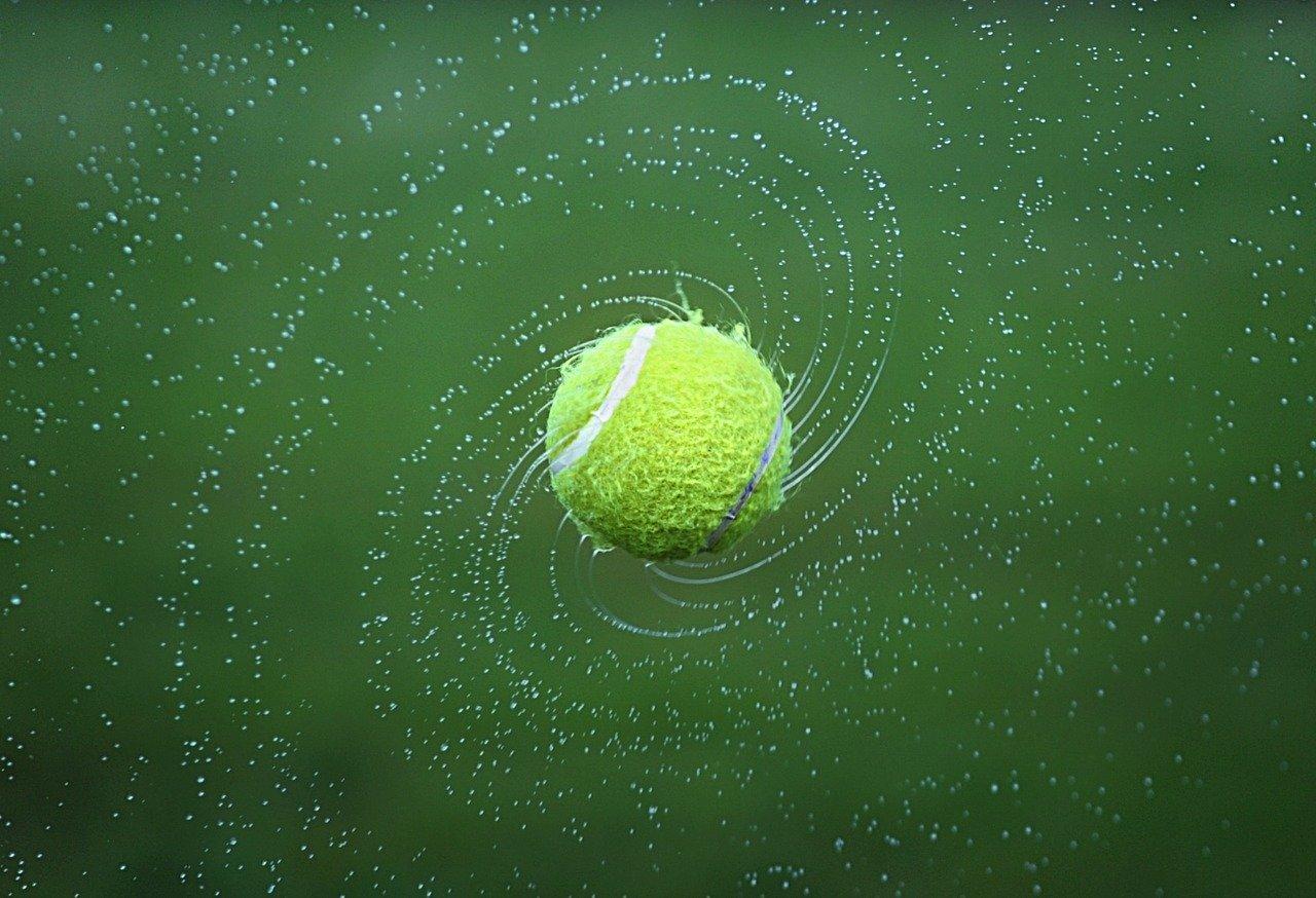 crédit image pixabay https://pixabay.com/fr/photos/tennis-balle-de-tennis-tour-boule-1381230/